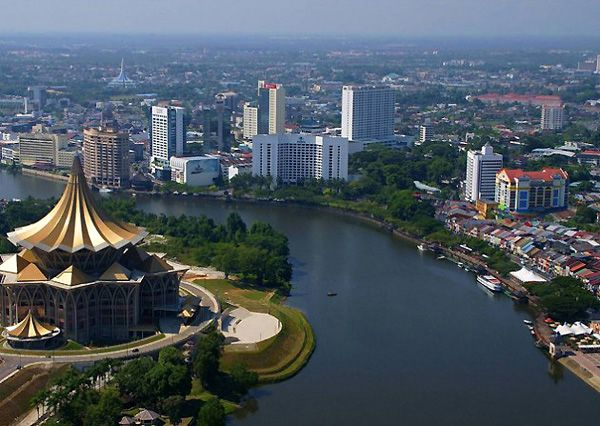 The Sarawak River flowing through the Kuching city centre. Pic: CoolCityCat/Wikimedia Commons